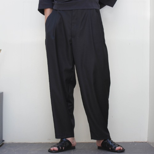 LOOSE CUT TROUSERS WITH DEEP PLEATS_BLACK
